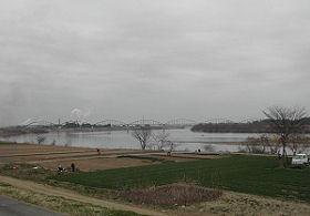 阿武隈川堤防。河原には畑。